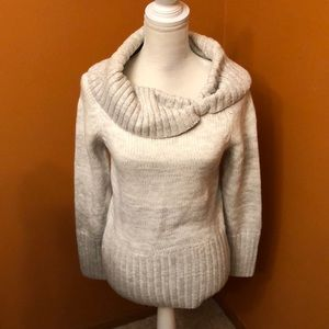 Beautiful White House Black Market sweater